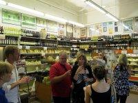 Klienci w sklepie spożywczym
