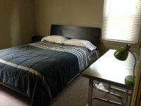 Łóżko z czarną pościelą