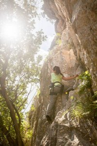 kobieta wspinająca się na górę